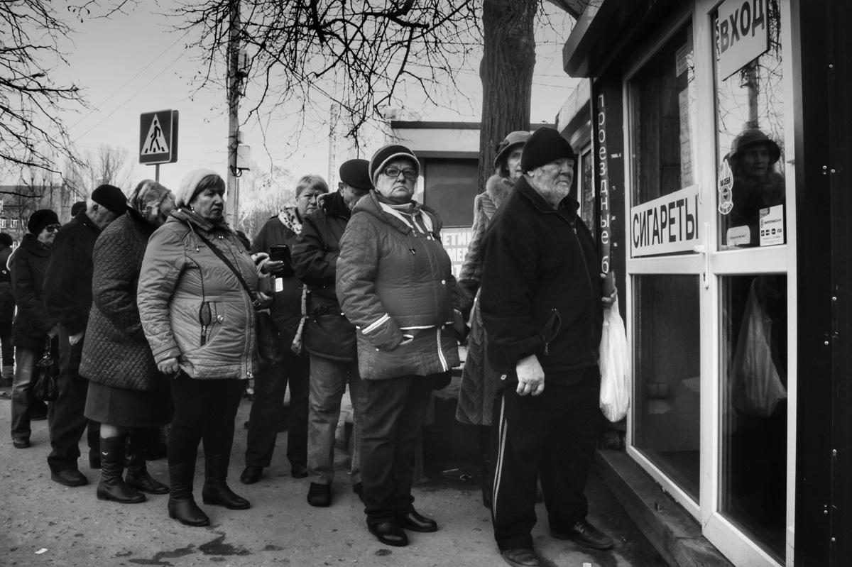 Очередь за проездными документами, улица Коммунистическая, Калининград © Александр Пожидаев для PREGEL.INFO