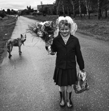 Первоклассница в День знаний. Фото Олега Климова