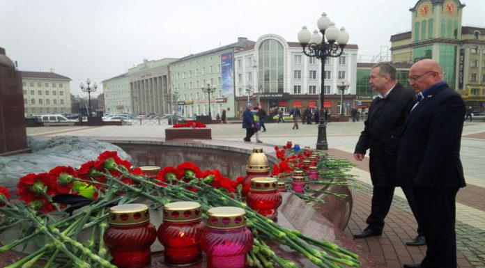 Калининградцы почтили память жертв теракта, произошедшего в метро Санкт-Петербурга. Фото Алексея Балашова для PREGEL.INFO