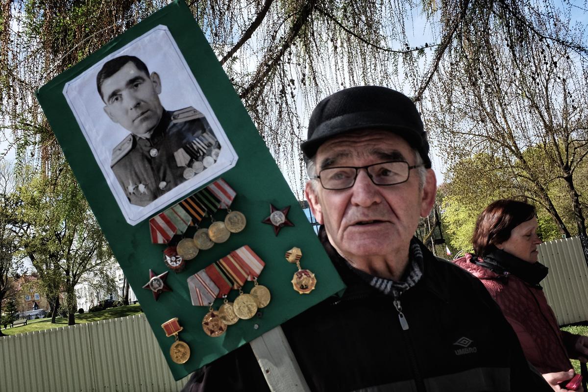 Виктор Карпенко с портретом и медалями своего отца Семёна Кондратьевича