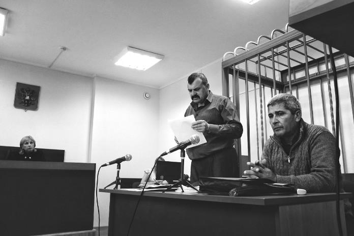 Заседание Балтийского городского суда. Адвокат Михаил Золотарёв (в центре) фермер Ислам Ширинов (справа) Людмила Чолий (слева)