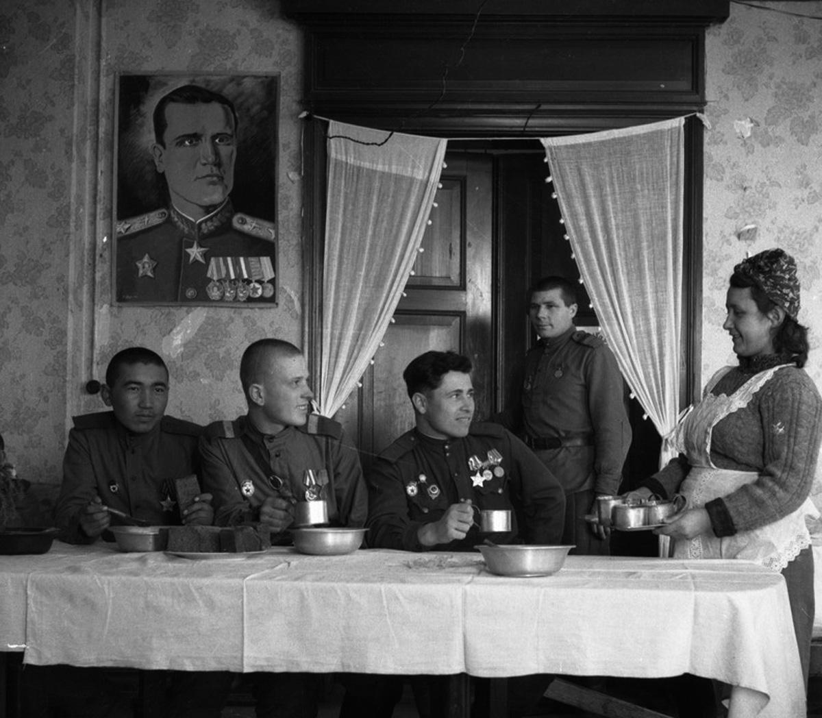 Советские солдаты в немецком доме, Кёнигсберг. Автор неизвестен. Копия МАММ
