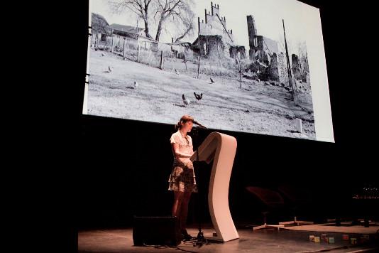 Софья Демская во время доклада в кинотеатре города Брюгге, Бельгия