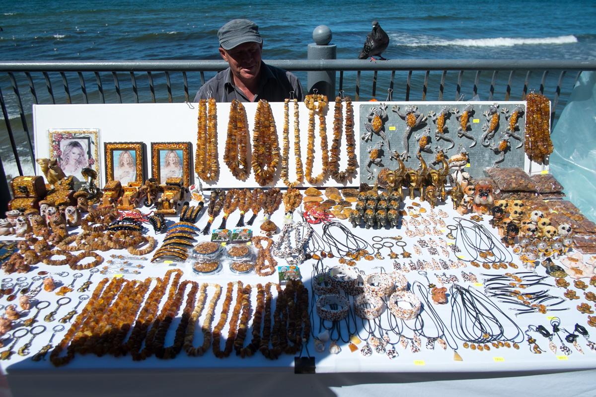 Торговля янтарными изделиями на променаде Светлогорска