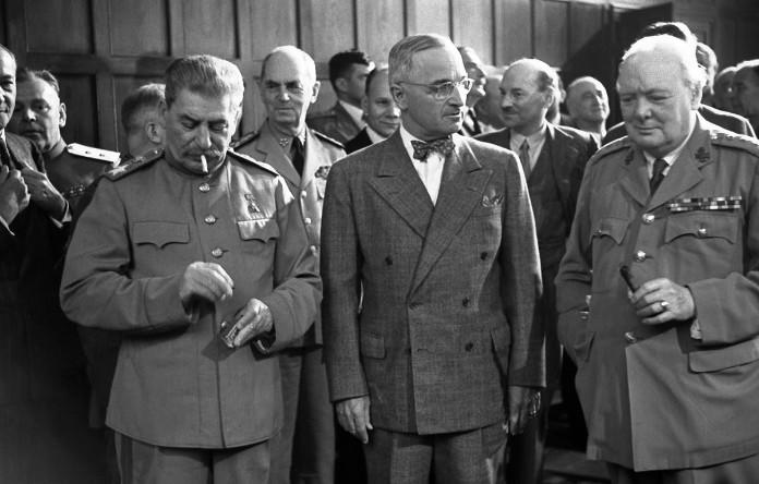 Участники Потсдамской конференции: Иосиф Сталин, Гарри Трумэн, Уинстон Черчилль, август 1945. PREGEL.INFO