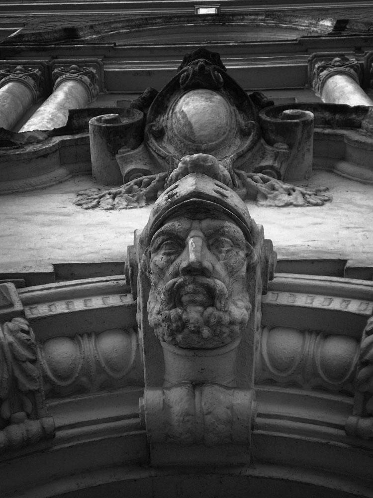 Голова воина. Рельеф на здании полицейского президиума