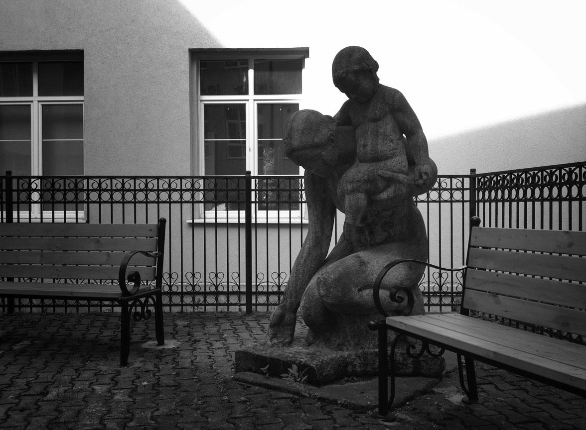 Станислаус Кауэр. Мать с ребёнком у воды. Бетон, 1938. Внутренний дворик университета имени Канта