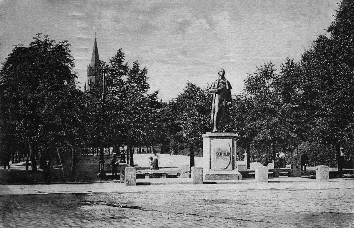 Памятник Шиллеру перед Городским театром