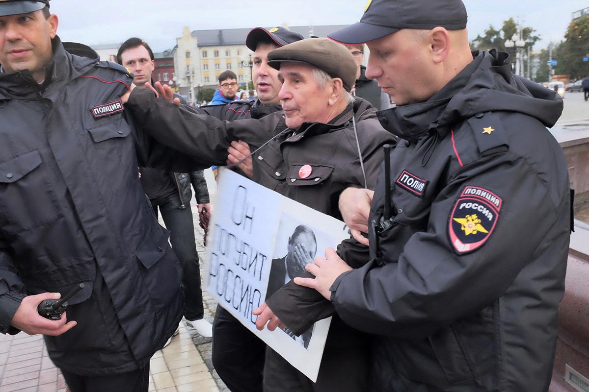 Задержание активиста КОС Петра Зуева во время пикета #ЗаНавального на пощади Победы в Калининграде. PREGEL.INFO