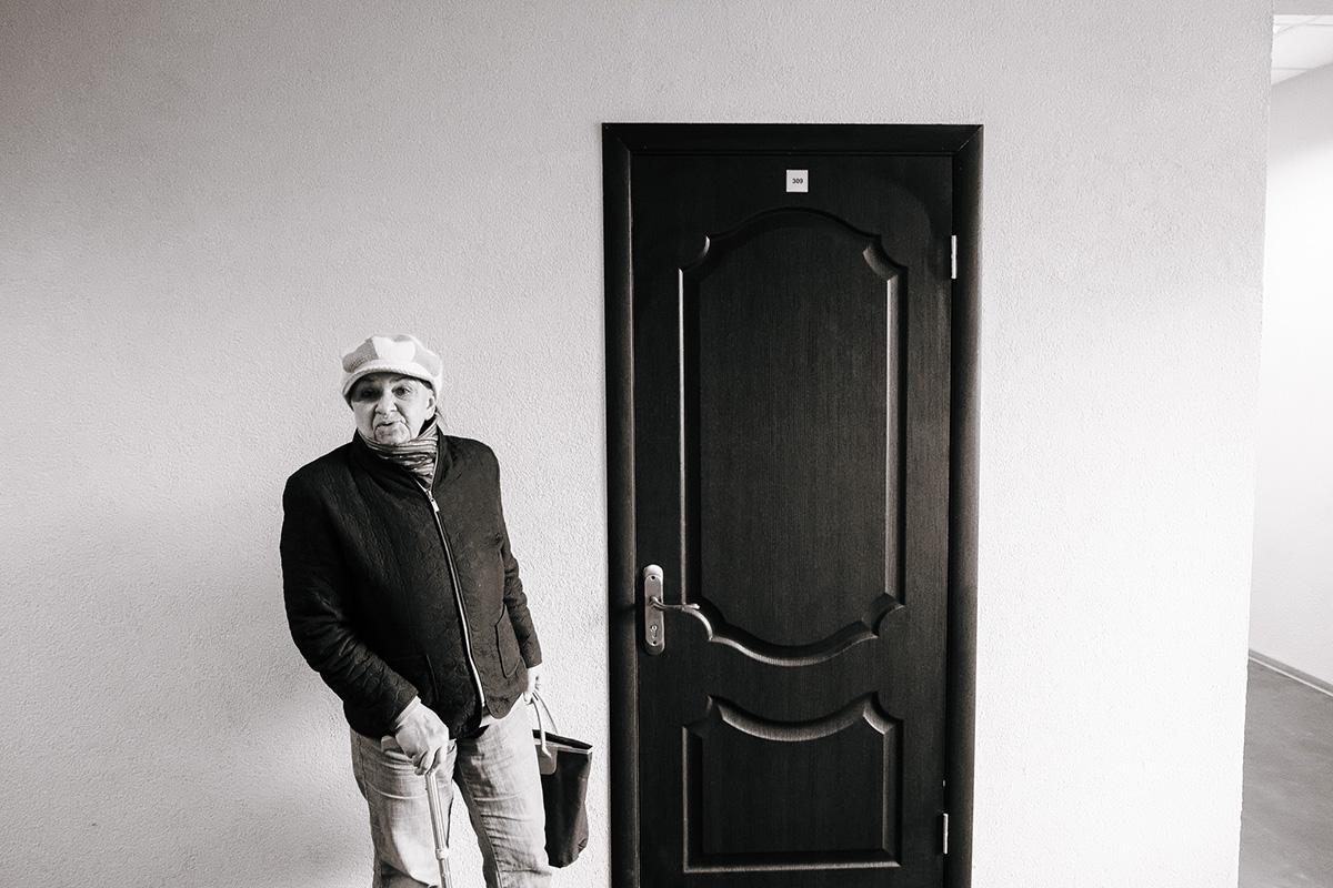 Соседка Нина Новиченко у дверей своей бывшей квартиры по улице Кирпичной, 9. Алексей Балашов для PREGEL.INFO