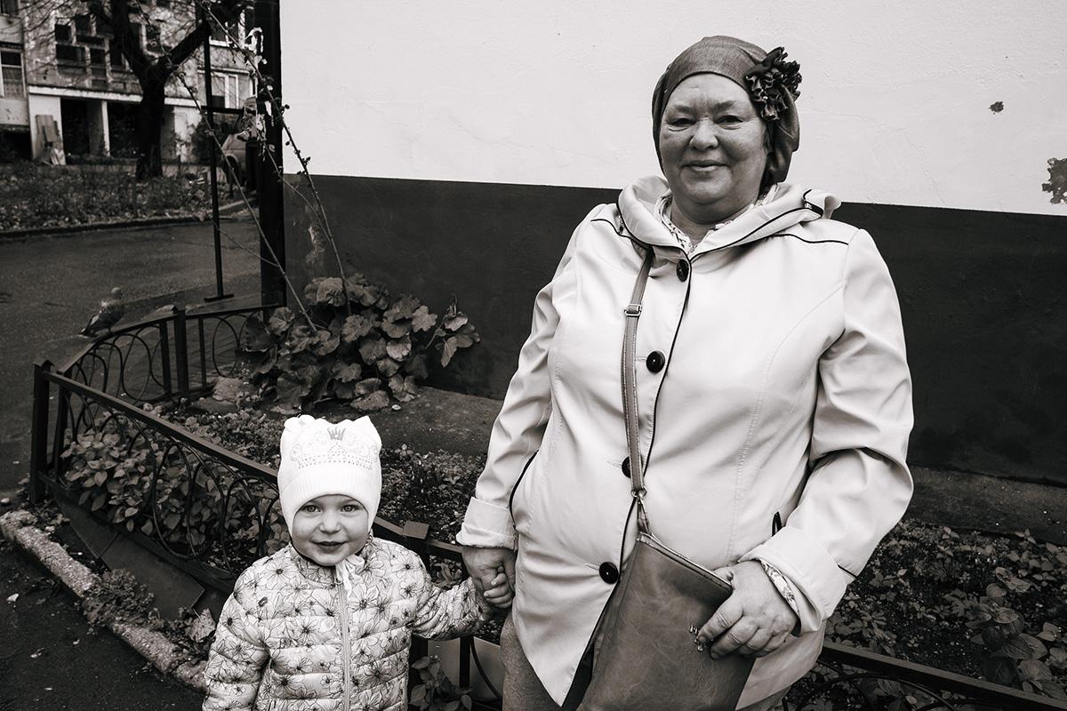 Галина Семёнова с внучкой Дашей. Алексей Балашов для PREGEL.INFO