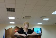 Адвокат Мария Бонцлер беседует с Александром Оршулевичем во время видеоконференции в заде Калининградского областного суда