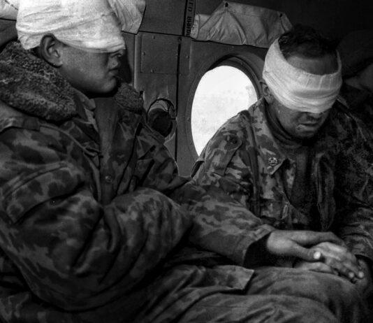 Раненые российские солдаты возвращаются на военную базу в Моздок на вертолете с линии фронта. Фото Олега Климова / NRC*Handelsblad / Pregel.Info